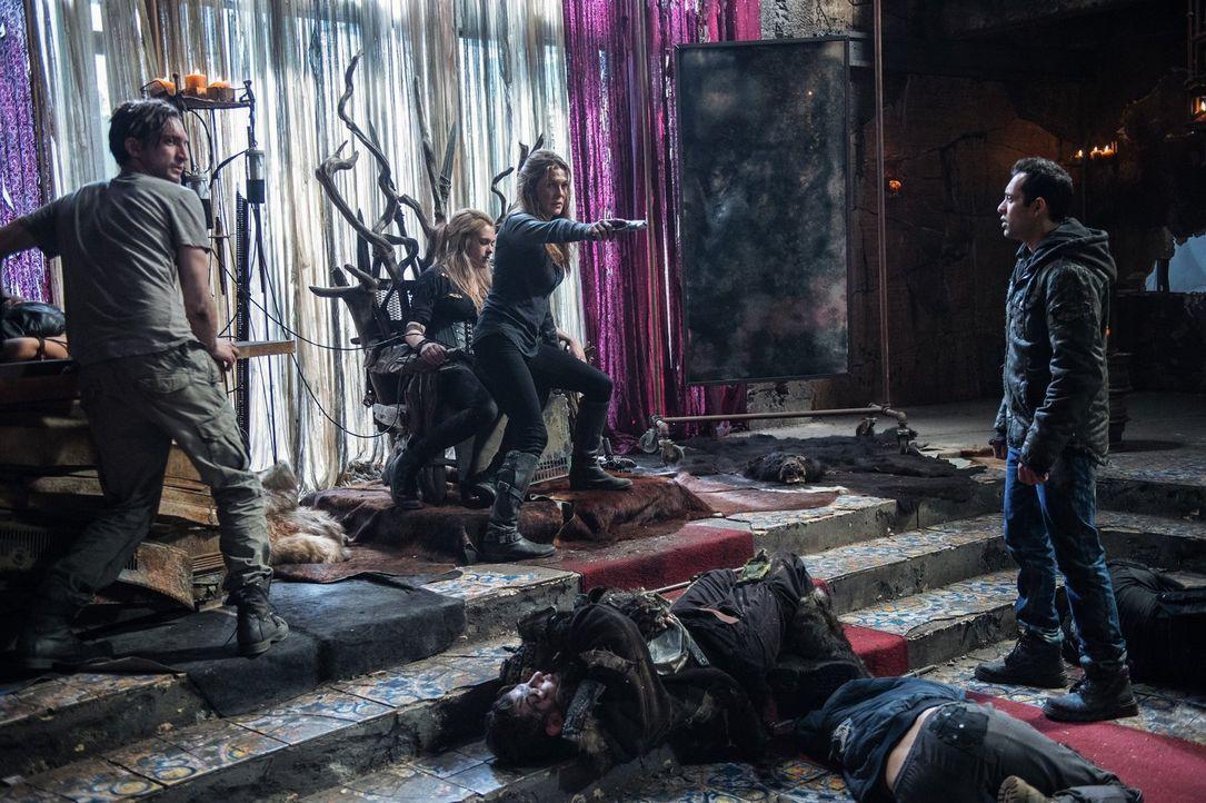 Murphy (Richard Harmon, l.), Clarke (Eliza Taylor, 2.v.l.) und Abbie (Paige Turco, 2.v.r.) kämpfen für ihren freien Willen, doch Jackson (Sachin Sah... - Bildquelle: 2014 Warner Brothers