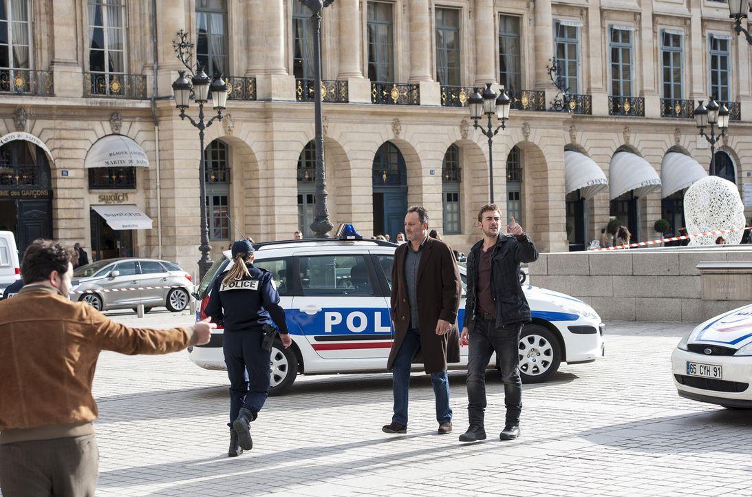 Es ist wieder an der Zeit, Morde in Paris aufzuklären. Die Ermittler Jo St-Clair (Jean Reno, 2.v.r.) und Bayard (Tom Austen, r.) haben diesmal eine... - Bildquelle: Stéphanie Dupont Atlantique Productions
