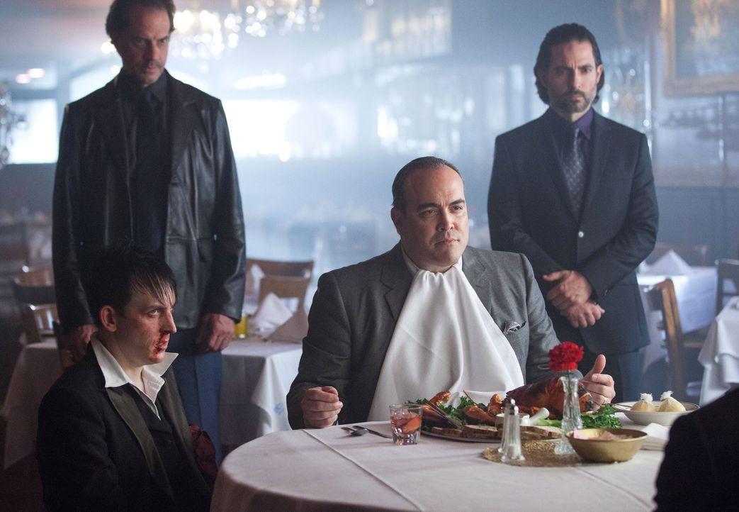 Während Oswald Cobblepot (Robin Lord Taylor, vorne l.) weiter in der Gunst Maronis (David Zayas, vorne r.) steigt, arbeitet Fish Mooney unbeirrt an... - Bildquelle: Warner Bros. Entertainment, Inc.