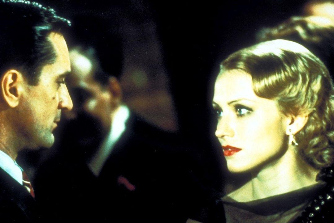 Noodles' (Robert De Niro, l.) große Liebe ist Deborah (Elizabeth McGovern, r.), die er von Kindheit an verehrt. Doch auch in diesem Fall kommt der c... - Bildquelle: Warner Bros.