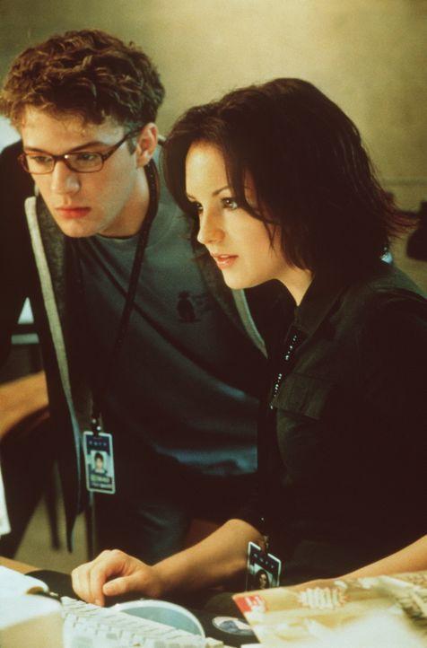 Zunächst wird Milo (Ryan Phillippe, l.) als der neue Star der Firma gefeiert, doch als mit der Hilfe von Lisa (Rachael Leigh Cook, r.) beginnt, hin... - Bildquelle: 2000 - Metro Goldwyn Mayer