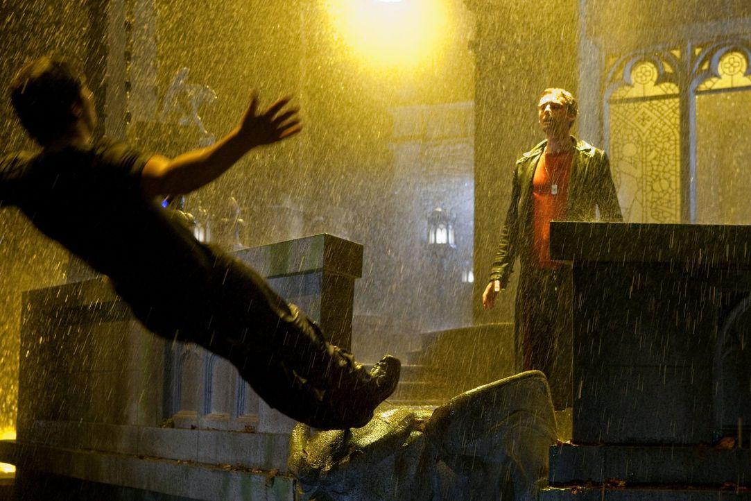 Durch den Kampf mit der Armee der Supersoldaten geschwächt, muss Clark (Tom Welling, l.) gegen Zod (Callum Blue, r.) antreten ... - Bildquelle: Warner Bros.