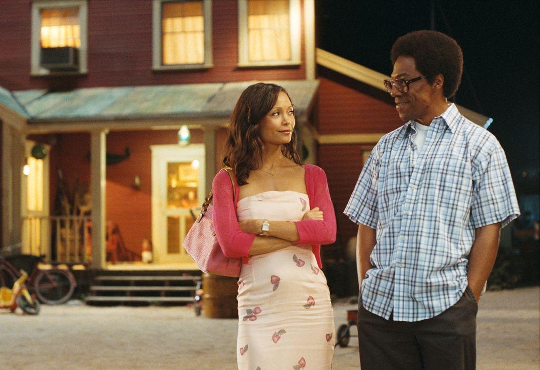 Als eines Tages seine Jugendliebe Kate (Thandie Newton, l.) zurückkommt, braucht Norbit (Eddie Murphy, r.) einen guten Plan, um seine Verlobte Raspu... - Bildquelle: Copyright  2007 DREAMWORKS LLC. All Rights Reserved.