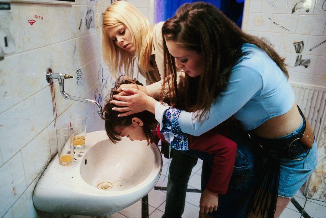 Stella (Natalie Spinell, r.) und Natalie (Anne Sophie Briest, M.) versuchen Lavina (Michaela Doubravová, l.) zu schützen. - Bildquelle: Sat.1