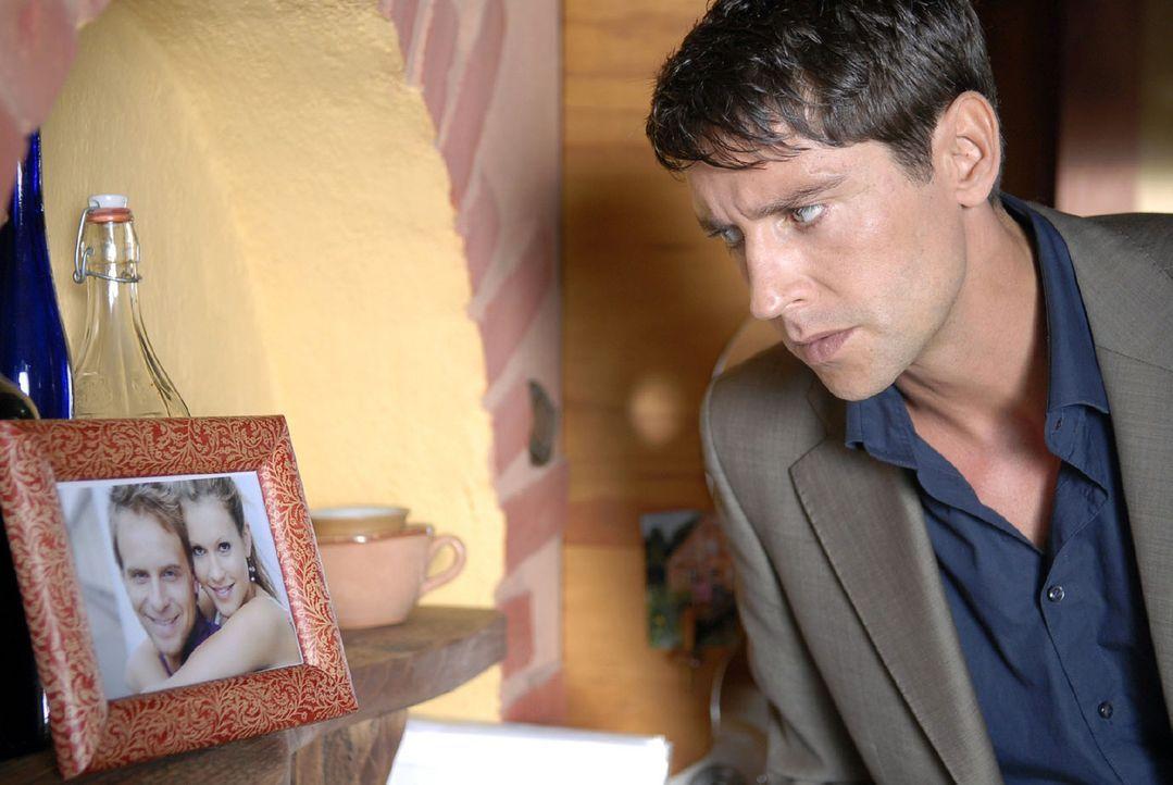 Frederik (Oliver Bootz) entdeckt in Toms Wohnung ein Foto von Jackie und Tom und ist wie erstarrt ... - Bildquelle: Sat.1