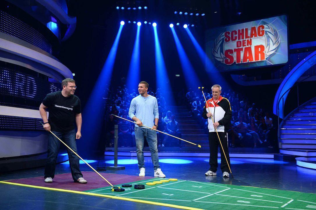 Fußballstar Lukas Podolski (M.) und Fußballfan Elton (l.) in einer ganz neuen Herausforderung ... - Bildquelle: Willi Weber ProSieben