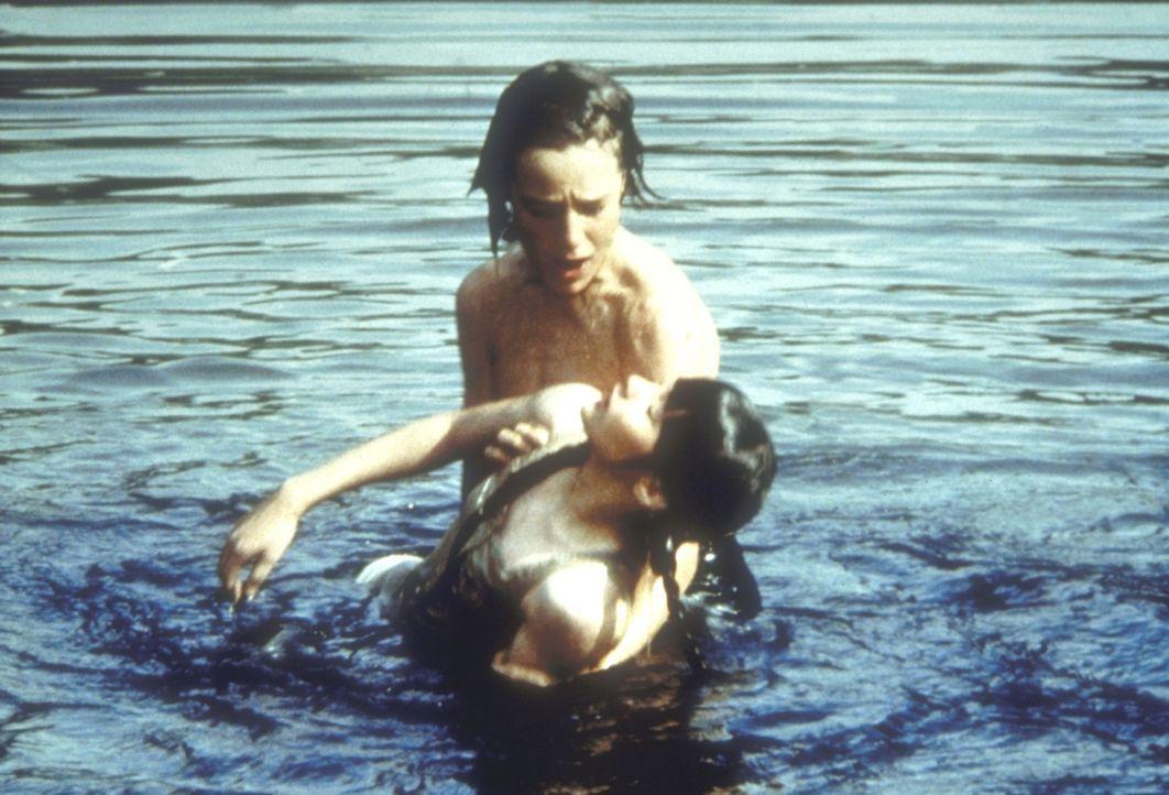 Jenny Wilder (Shannen Doherthy, vorne), die im Badeteich nach ihrer verlorengegangener Kette tauchen wollte, wird von Jeb Carter (Kindsay Kennedy) g... - Bildquelle: Worldvision