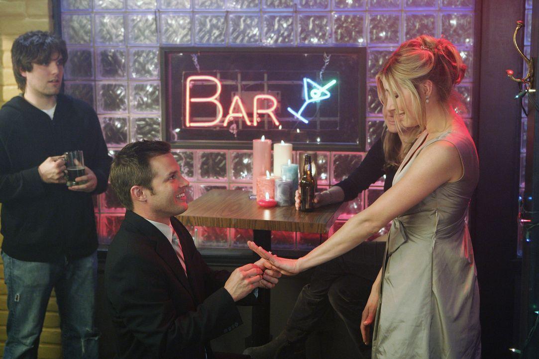 Elliot (Sarah Chalke, r.) bittet Keith (Travis Schuldt, l.), noch mal um ihre Hand anzuhalten, damit alles genau so läuft, wie sie es sich erträumt... - Bildquelle: Touchstone Television