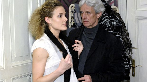 Robert (Mathieu Carrière, r.) ist irritiert, als sich Maja (Barbara Lanz, l.)...
