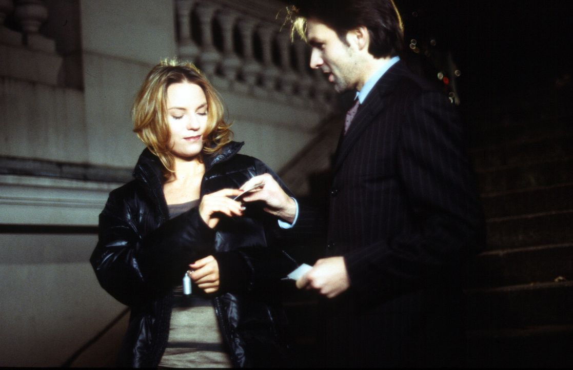 Der aufstrebende Börsianer Edward (Tobias Langhoff, r.) glaubt, bald seine Wette gewonnen zu haben, als die Kellnerin Anneke (Loretta Pflaum, l.) se... - Bildquelle: Leslie Haslam Sat.1