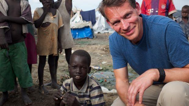 Reporter Morland Saders (r.) reist  in den Südsudan, um eine Familienführung...