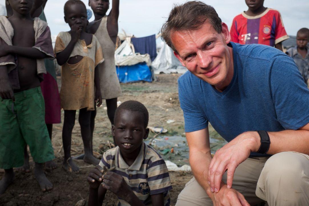 Reporter Morland Saders (r.) reist  in den Südsudan, um eine Familienführung der besonderen Art zu dokumentieren. Während des brutalen Bürgerkriegs... - Bildquelle: Quicksilver Media