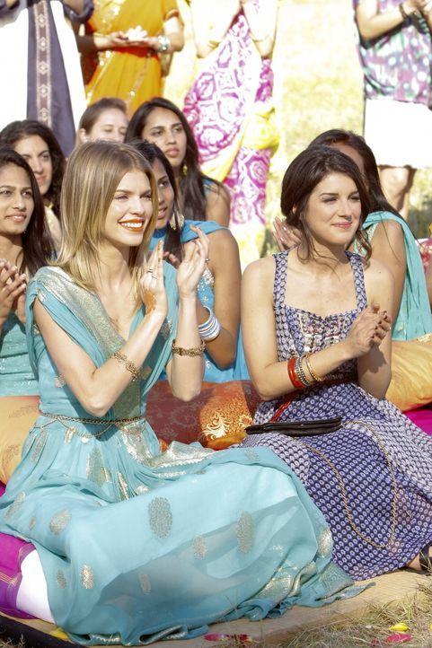 Naomi (AnnaLynne McCord, l.) und Annie (Shenae Grimes, r.) freuen sich für Ivy und Raj ... - Bildquelle: TM &   2011 CBS Studios Inc. All Rights Reserved.