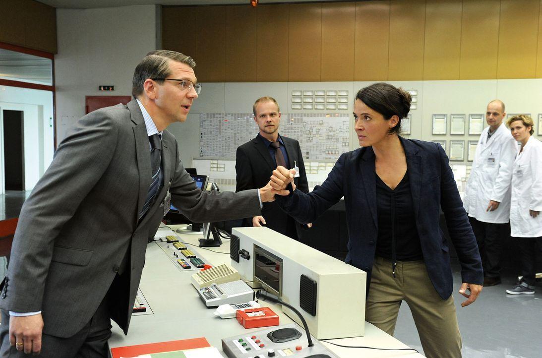 Seit einigen Monaten versucht der Direktor des 30 Jahre alten Kernkraftwerkes Oldenbüttel, Ludger Wessel (Kai Wiesinger, l.), eine Laufzeitverlänger... - Bildquelle: SAT.1
