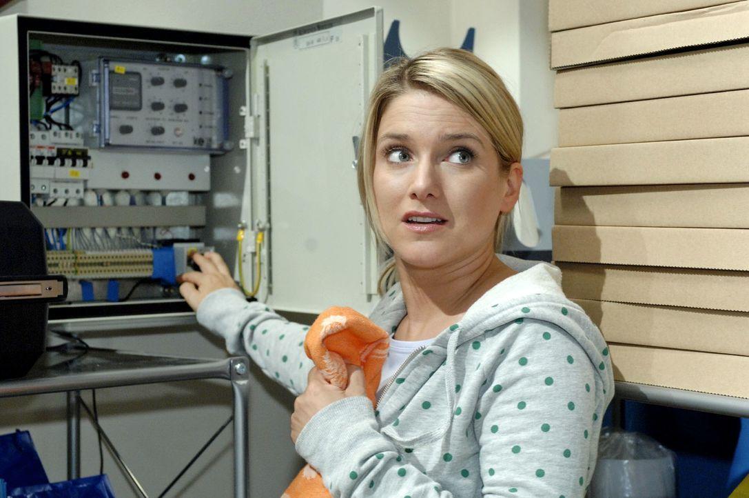 Anna (Jeanette Biedermann) versucht ein Ablenkungsmanöver, indem sie das Stromnetz der Agentur lahmlegt. - Bildquelle: Oliver Ziebe Sat.1