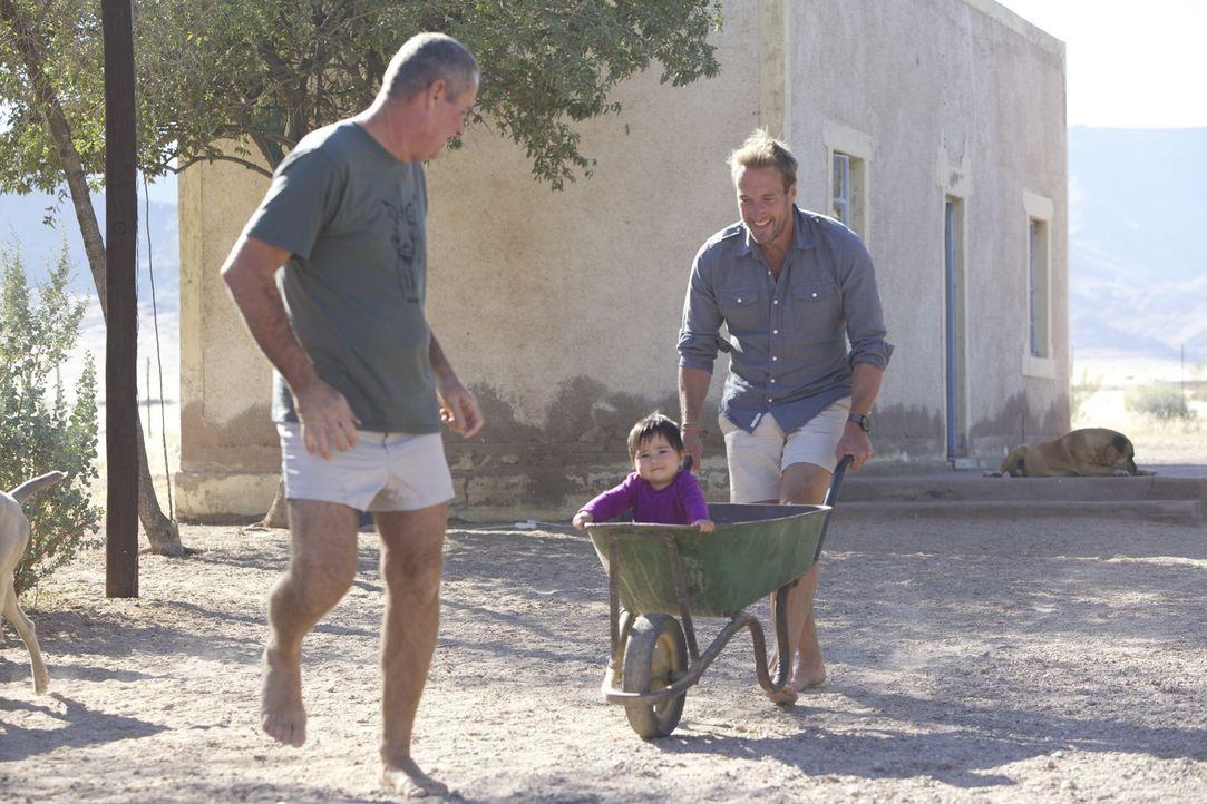 Haben eine Menge Spaß: Ben Fogle (r.) und Boesman (l.) mit Layla (M.). - Bildquelle: Renegade Pictures