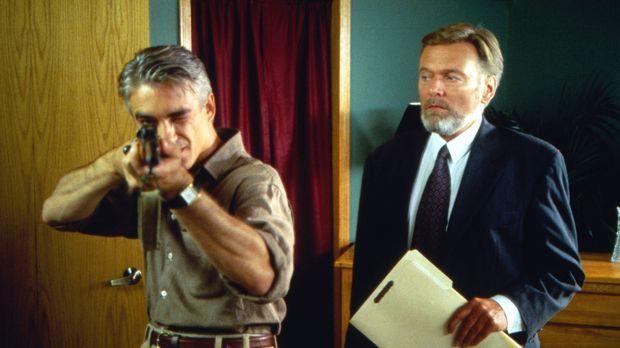 Rolf Sutter (Helmut Griem, r.), der Schwager von McCracken, gehört zu den füh...