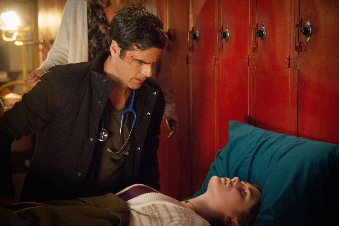 Wird Sam (Eddie Cahill, l.) Melanie (Grace Victoria Cox, r.) wirklich das Leben retten? - Bildquelle: 2014 CBS Broadcasting Inc. All Rights Reserved.