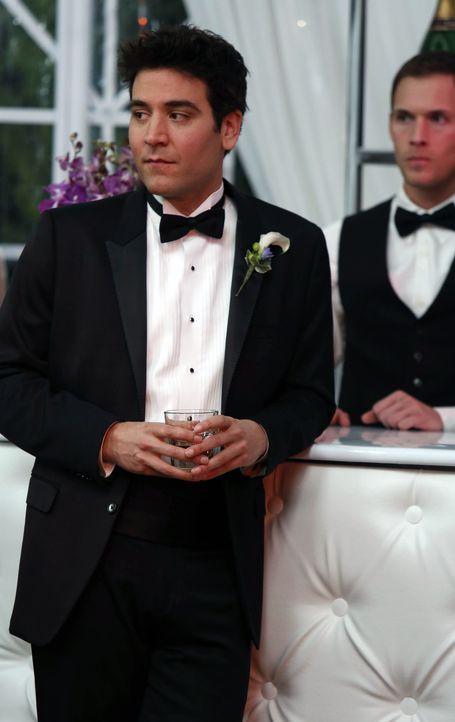 Fünf Monate später ist Ted (Josh Radnor) glücklich, eine Band für Robin und Barney organisiert zu haben - denn sonst hätte er seine zukünftige Frau... - Bildquelle: 2013 Twentieth Century Fox Film Corporation. All rights reserved.