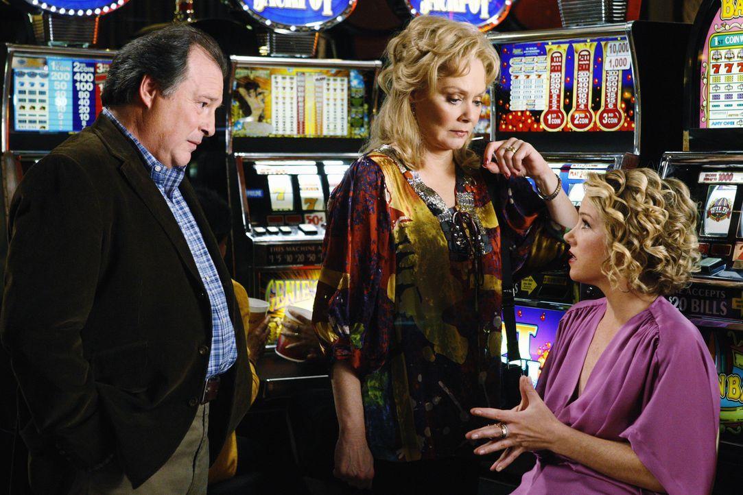 Als Samantha (Christina Applegate, r.) mit ihren Eltern Regina (Jean Smart, M.) und Howard (Kevin Dunn, l.) in Las Vegas ist, begeht sie einen schwe... - Bildquelle: 2008 American Broadcasting Companies, Inc. All rights reserved.
