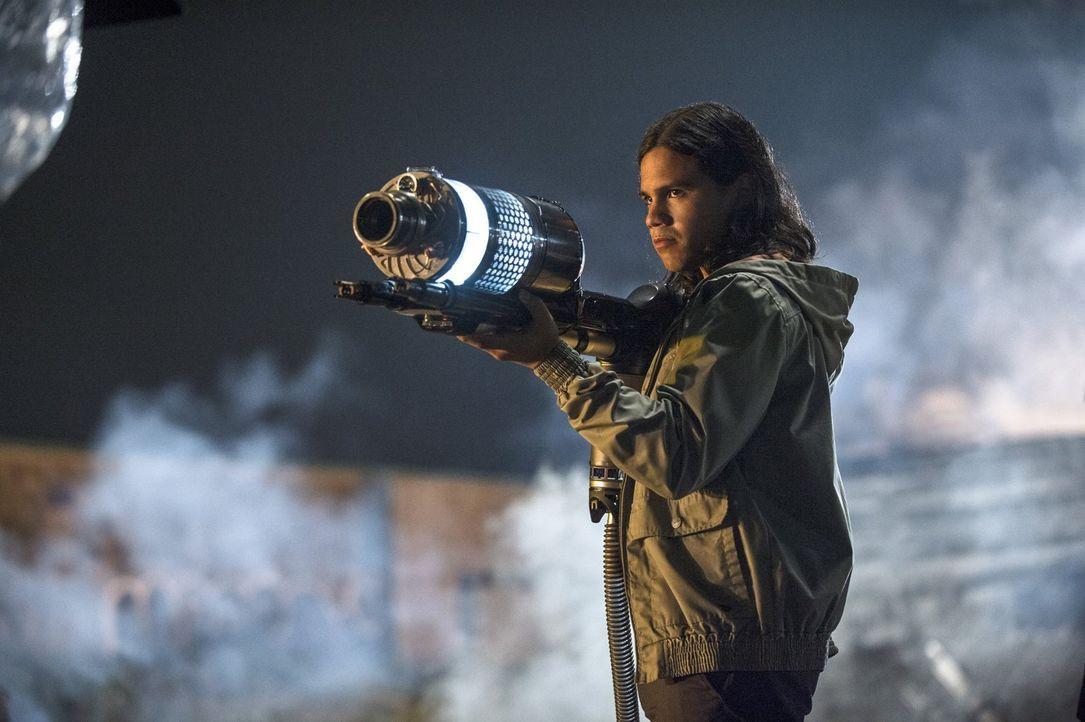 Hat eine Waffe entwickelt, die Captain Cold aufhalten soll: Cisco (Carlos Valdes) ... - Bildquelle: Warner Brothers.