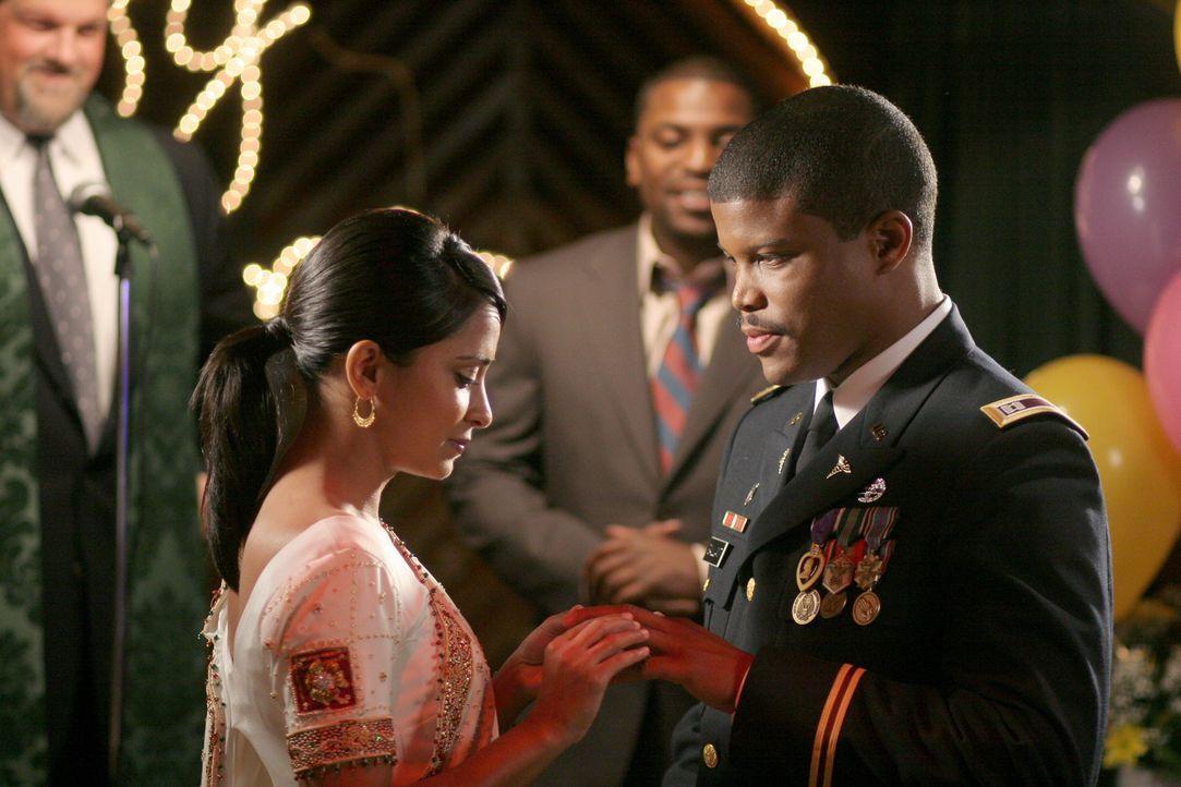 Neela (Parminder Nagra, l.) und Michael (Sharif Atkins, r.) geben sich das Ja-Wort ... - Bildquelle: Warner Bros. Television
