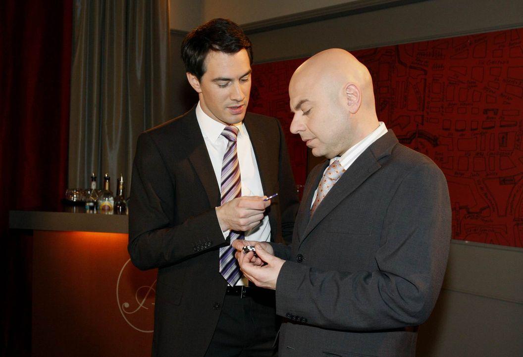 Mark (Arne Stephan, l.) ist begeistert, als Oliver (Prodomos Antoniadis, r.) ihm das neu eröffnete Pokerzimmer zeigt ... - Bildquelle: SAT.1