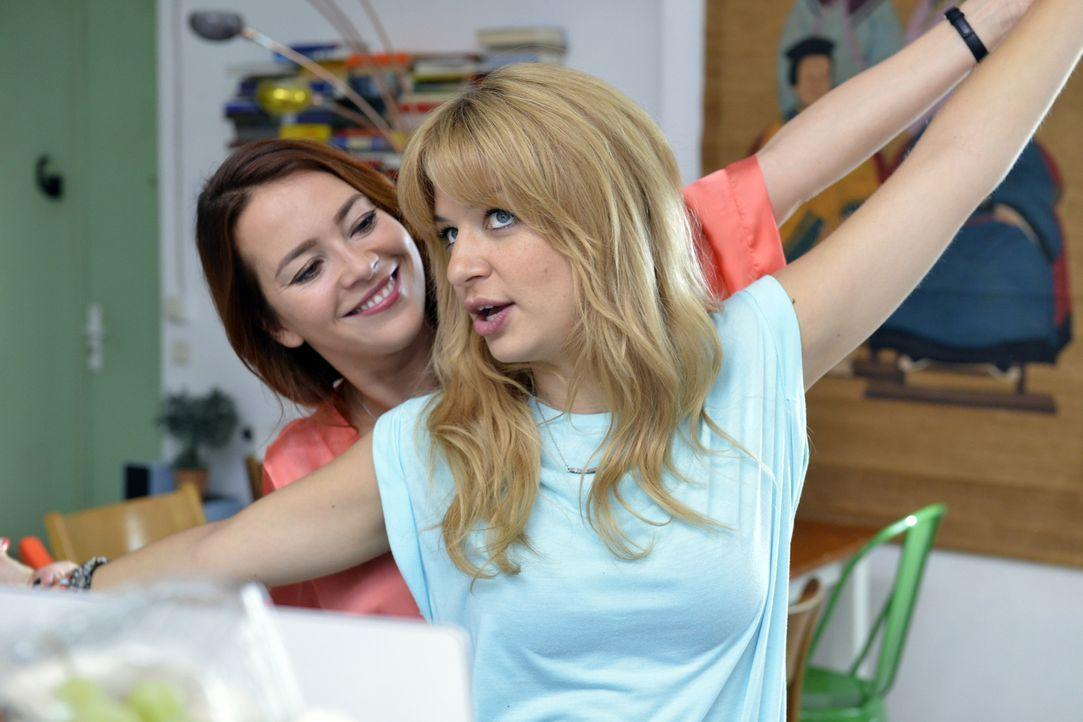 Sally (Laura Osswald, l.) bestärkt Mila (Susan Sideropoulos, r.) darin, auf Dating-Portalen nach ihrem Traummann zu suchen. Eine gute Idee? - Bildquelle: Oliver Ziebe SAT.1