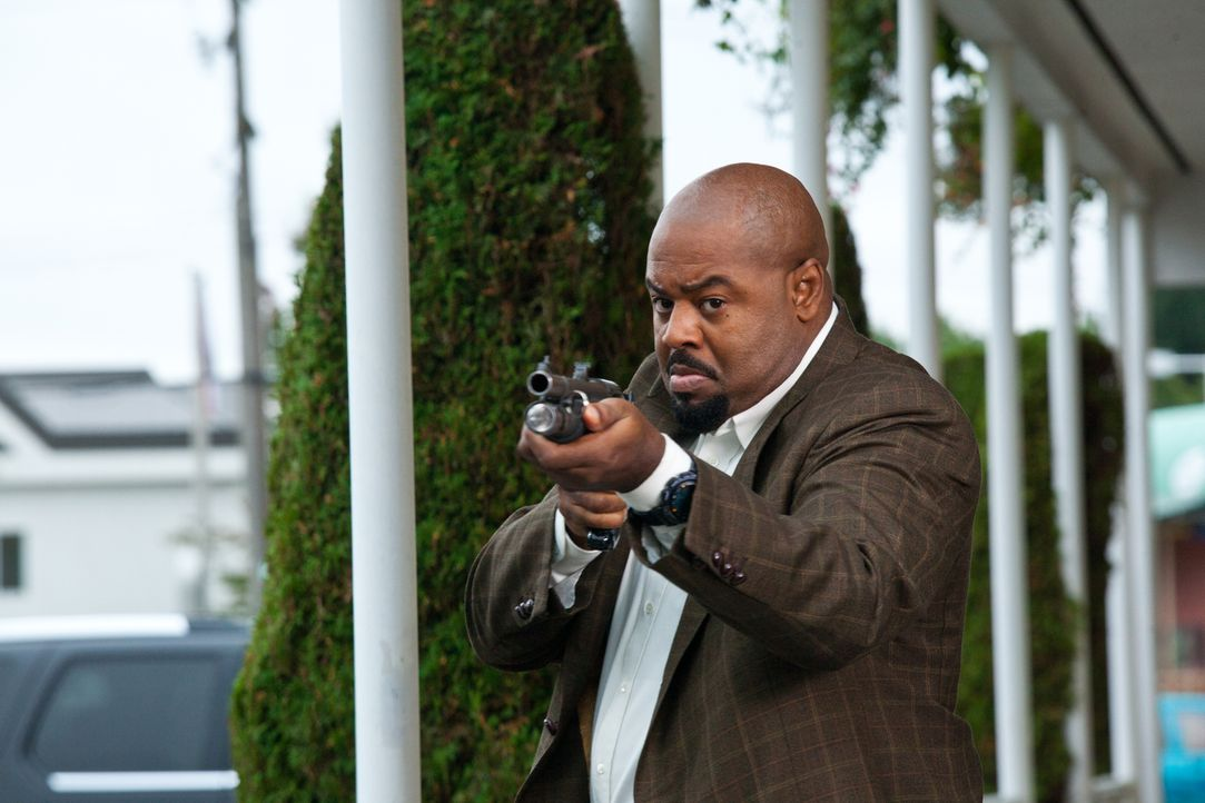 Das Team wird vor einem Motel von Unbekannten attackiert: Winston (Chi McBride) ... - Bildquelle: 2011  Warner Bros.