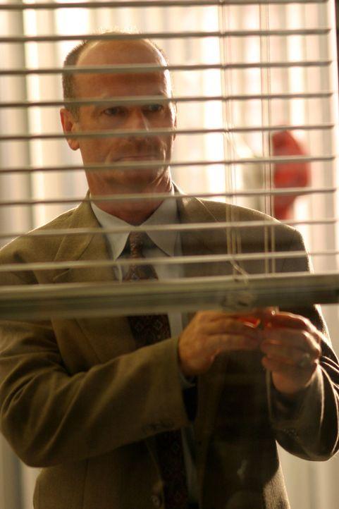 Lt. John Stillman (John Finn) macht eine interessante Entdeckung ... - Bildquelle: Warner Bros. Television