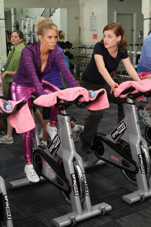 Stressabbau: Tessa (Jane Levy, r.) und Dallas (Cherly Hines, r.) ... - Bildquelle: Warner Brothers