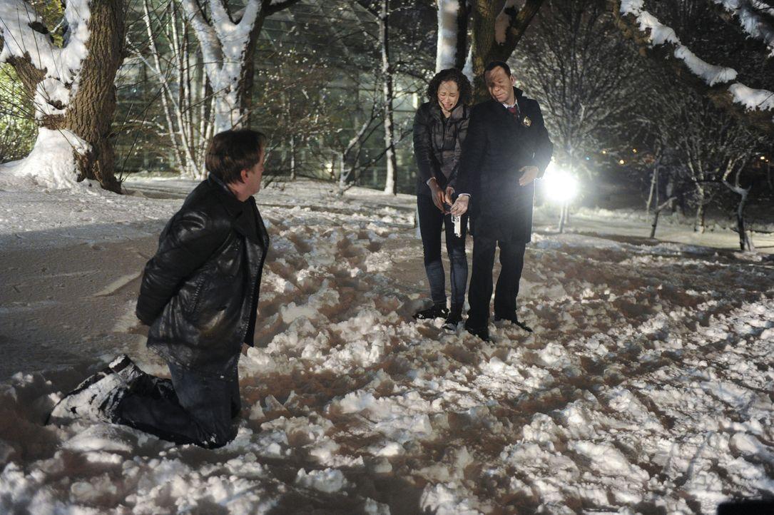 Dean Aaron Dekker (Leif Riddell, l.) hat die Eltern von Jill Gallagher (Bess Rous, M.) auf dem Gewissen. Diese will ihn büßen lassen und droht damit... - Bildquelle: 2013 CBS Broadcasting Inc. All Rights Reserved.