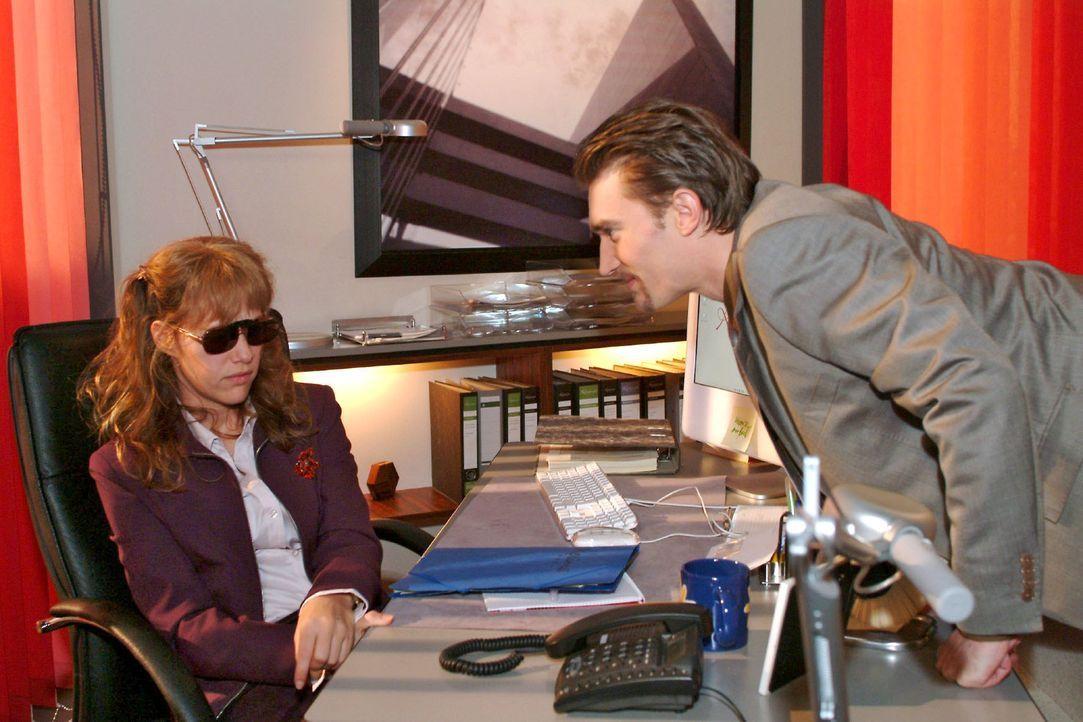Lisa (Alexandra Neldel, l.) - zurück an ihrem Arbeitsplatz - kann ihre Angst vor Richard (Karim Köster, r.) nicht verbergen. (Dieses Foto von Alexan... - Bildquelle: Monika Schürle Sat.1