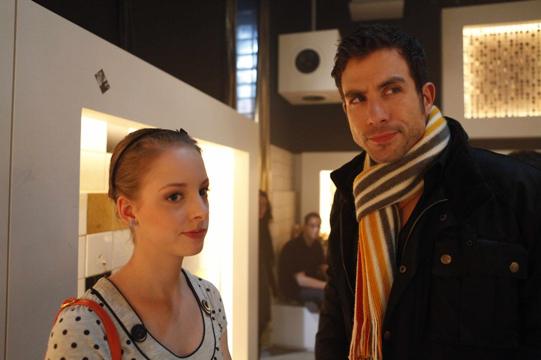 Als Lara (Amelie-Plass Link, l.) auf Michael (Andreas Jancke, r.) trifft, kommt ihr spontan eine Idee ... - Bildquelle: SAT.1