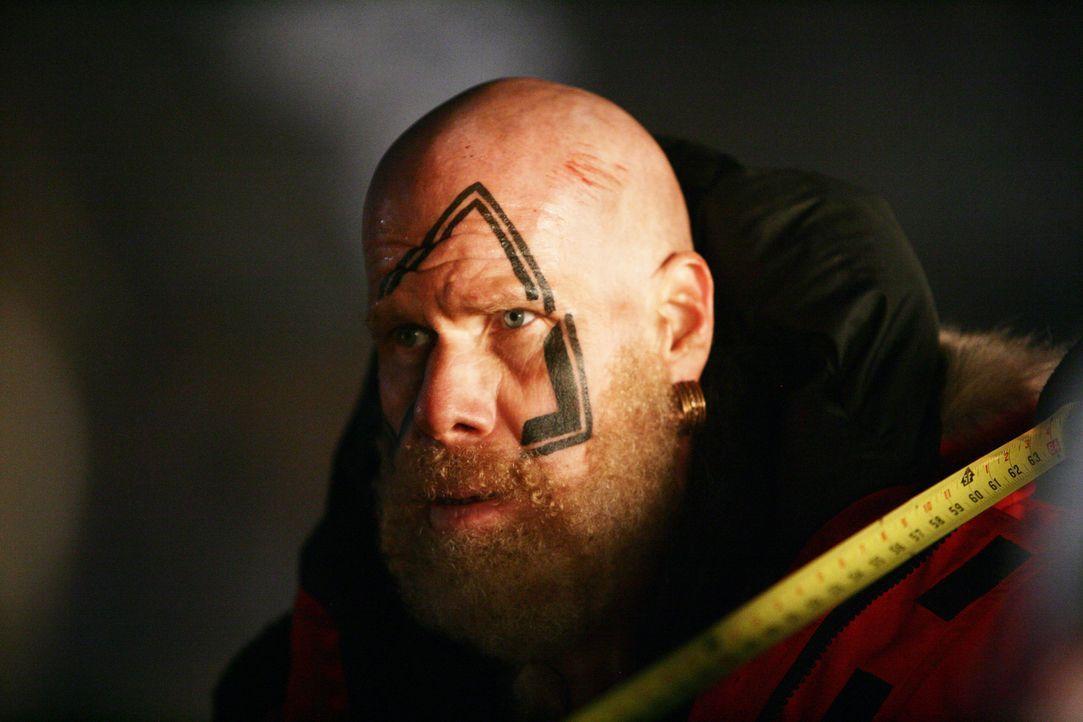 """König Gunnar (Ron Perlman) glaubt zuerst nicht, dass ein """"Drache"""" sein Dorf zerstört hat und schwört, König Rothgar, Kainan und dessen Dorf zu verni... - Bildquelle: Telepool"""