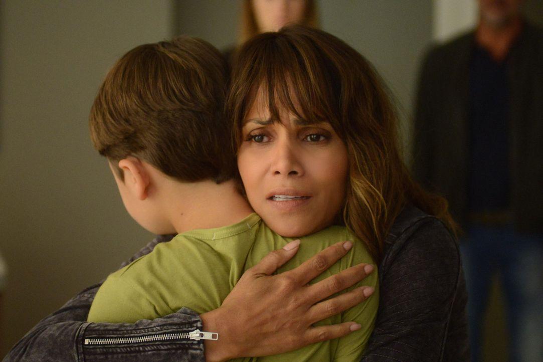 Als Molly (Halle Berry, r.) erkennt, dass Ethan (Pierce Gagnon, l.) noch lebt, tut sie alles, um ihn wiederzubekommen ... - Bildquelle: Dale Robinette 2015 CBS Broadcasting Inc. All Rights Reserved.