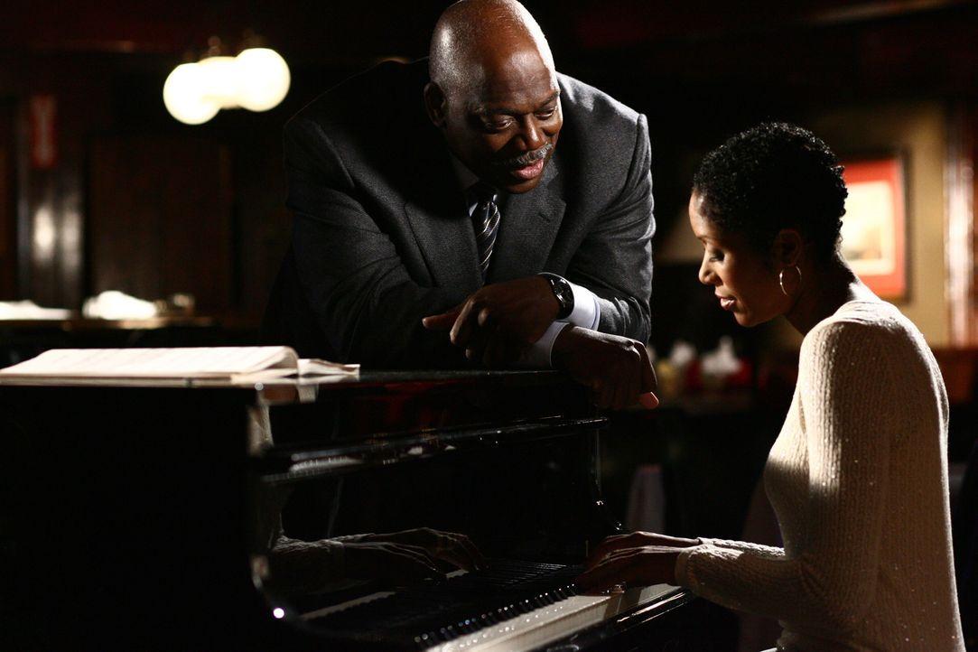 Bei seinen Ermittlungen trifft Det. Will Jeffries (Thom Barry, l.) auf die hübsche Pianistin Lena (Shelley Robertson, r.). - Bildquelle: Warner Bros. Television