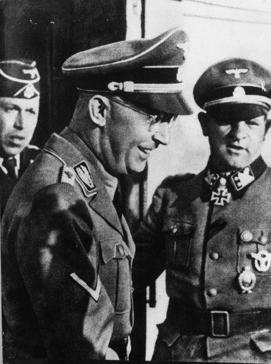 Mit Hilfe der SS und der Gestapo und anderer von ihm direkt oder indirekt kontrollierter Organe schuf Heinrich Himmler (M.) ein System der Überwachu... - Bildquelle: Keystone/Getty Images
