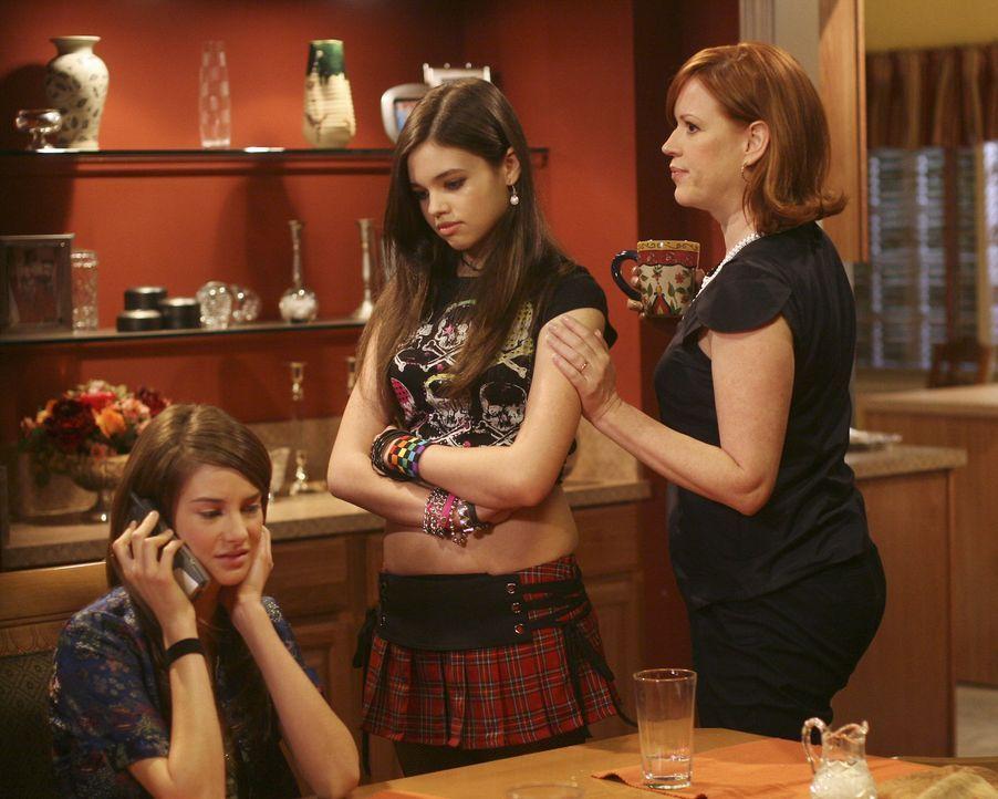 Mutter Anne (Molly Ringwald, r.) will, dass ihre Tochter Amy (Shailene Woodley, l.) ungestört mit dem Anrufer sprechen kann und verlässt den Raum mi... - Bildquelle: ABC Family