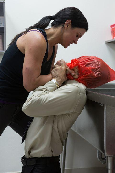 Kennt keine Gnade: Ava (Gina Carano, l.), die über Leichen geht, um ihren Mann zu retten ... - Bildquelle: Francisco Roman ITB Productions, Inc.