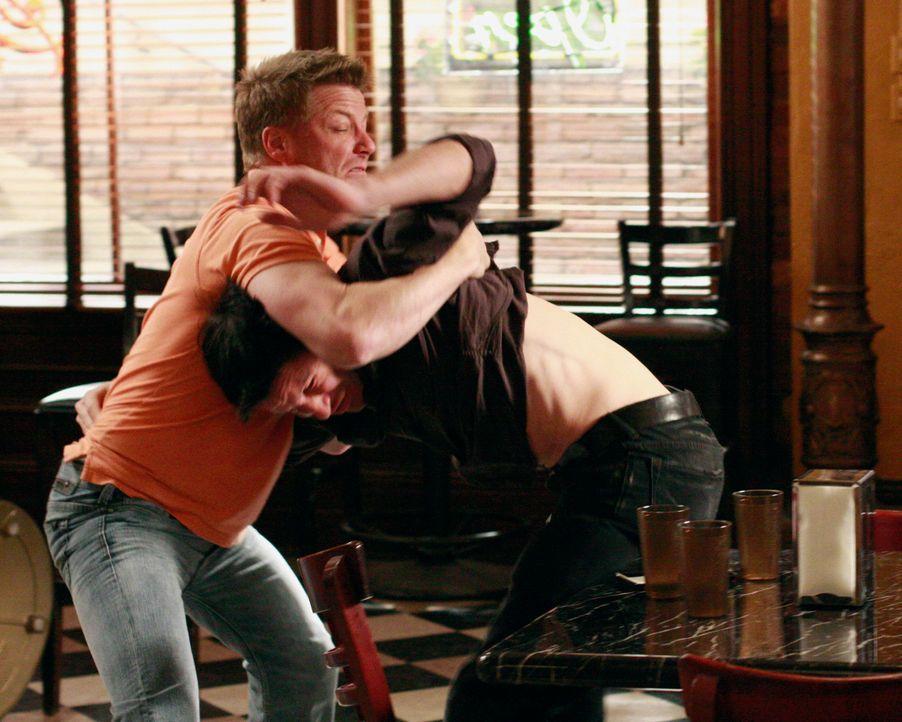 Streithähne unter sich: Tom (Doug Savant, l.) und Rick (Jason Gedrick, r.) ... - Bildquelle: ABC Studios