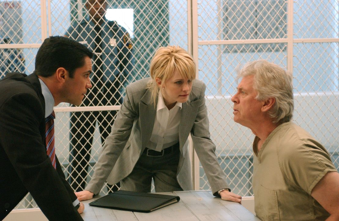 Der Serienmörder Roy Anthony (Barry Bostwick, r.) soll nach 25 Jahren Haft wegen guter Führung entlassen werden. Det. Lilly Rush (Kathryn Morris, M.... - Bildquelle: Warner Bros. Television