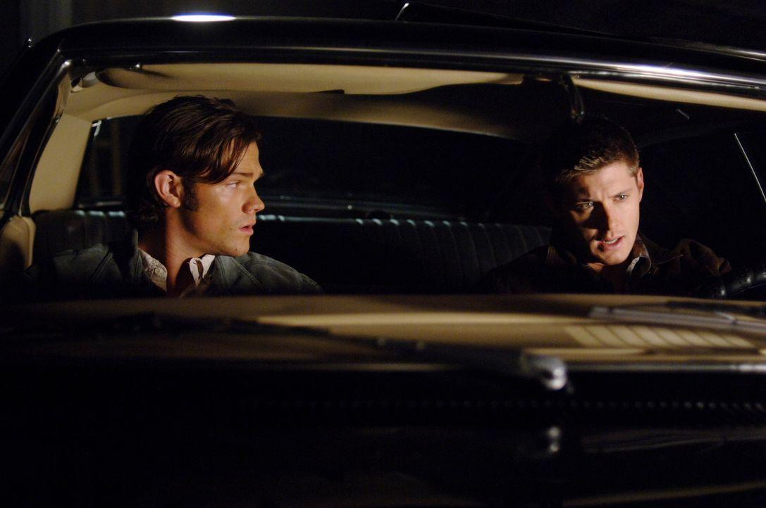 Nach vier Monaten in der Hölle erwacht Geisterjäger Dean Winchester (Jensen Ackles, r.) plötzlich unversehrt in einem Sarg, sein Bruder Sam (Jare... - Bildquelle: Warner Bros. Television