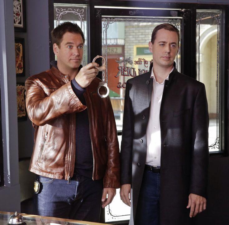 Untersuchen einen Mord, der auf einen 40 Jahre alten Fall hinweist: Tony (Michael Weatherly, l.) und McGee (Sean Murray, r.) ... - Bildquelle: Darren Michaels CBS Television