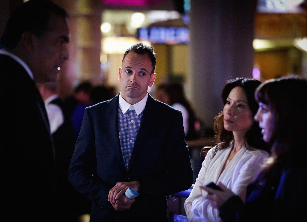 Er kann es nicht lassen: Sherlock (Jonny Lee Miller, l.) mischt sich trotz Joan (Lucy Liu, M.) weiterhin in Kittys (Ophelia Lovibond, r.) Privatlebe... - Bildquelle: CBS Television
