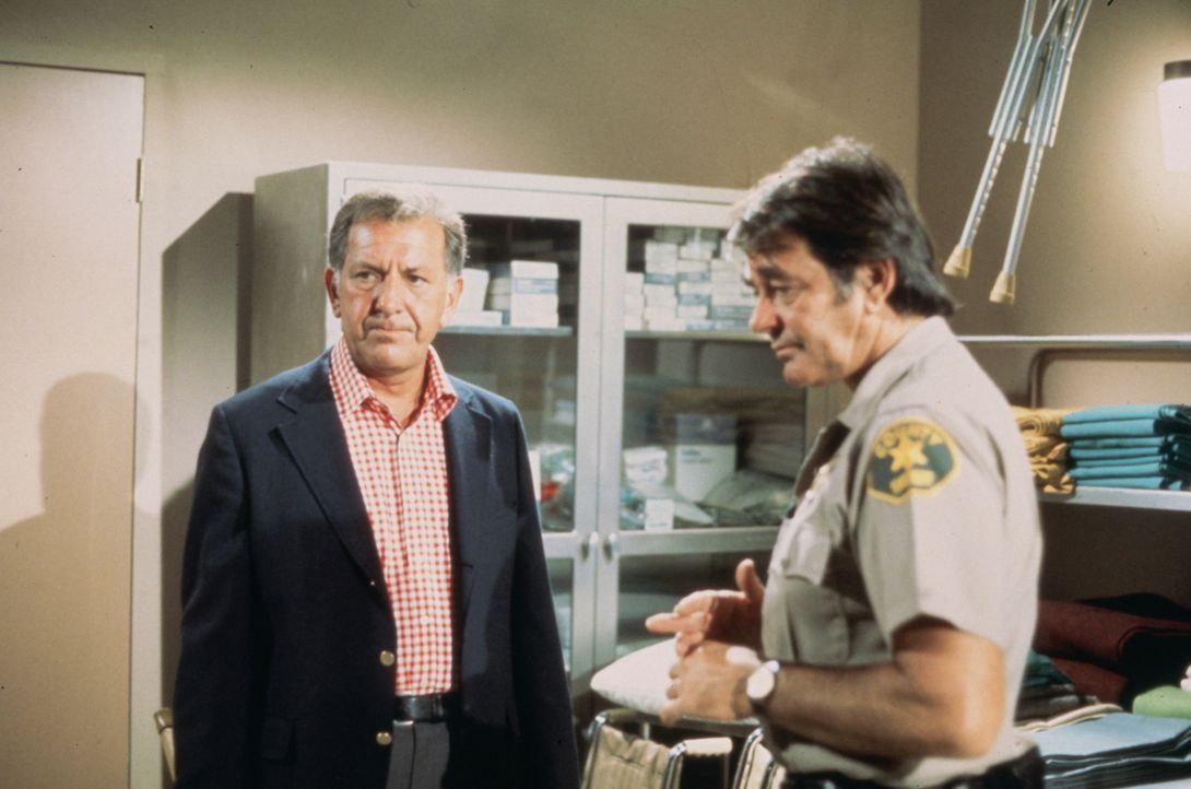 Der mysteriöse Tod des Tauchers Juan Herrera bringt die ganze Stadt in Aufruhr. Sheriff Parsons (Stuart Whitman, r.) bittet Quincy (Jack Klugman, l.... - Bildquelle: Universal Pictures