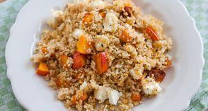 Couscous-Salat lässt sich mit verschiedenem Gemüse zubereiten: mit Möhren ode...