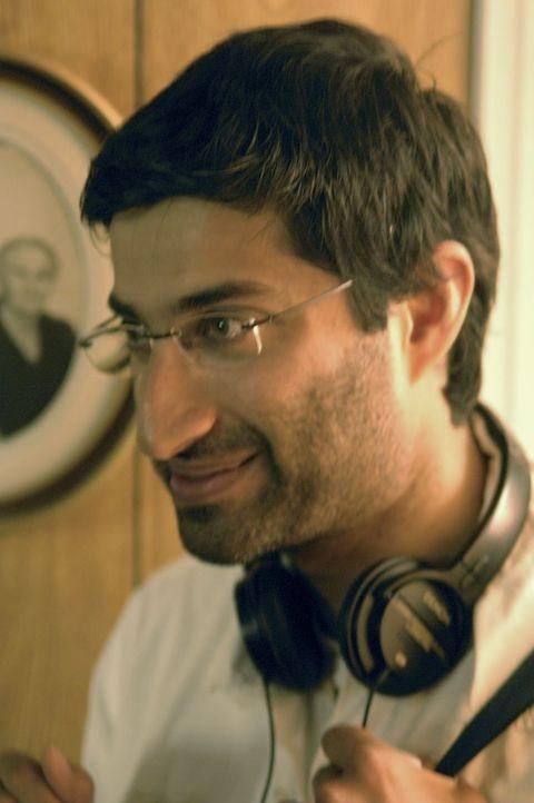 Regisseur Asif Kapadia bei den Dreharbeiten ... - Bildquelle: Tobis Film GmbH & Co. KG