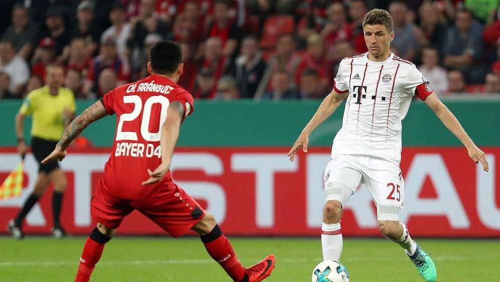 Während Bayerns Thomas Müller (r.) gute Aussichten auf einen Startelf-Einsat... - Bildquelle: imago/Jan Huebner