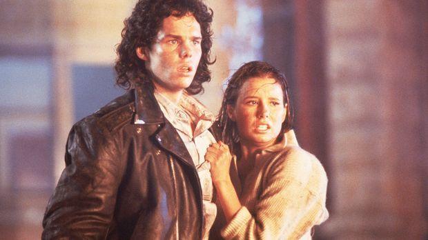 Meg Penny (Shawnee Smith, l.) und Brian Flagg (Kevin Dillon, r.) machen eine...